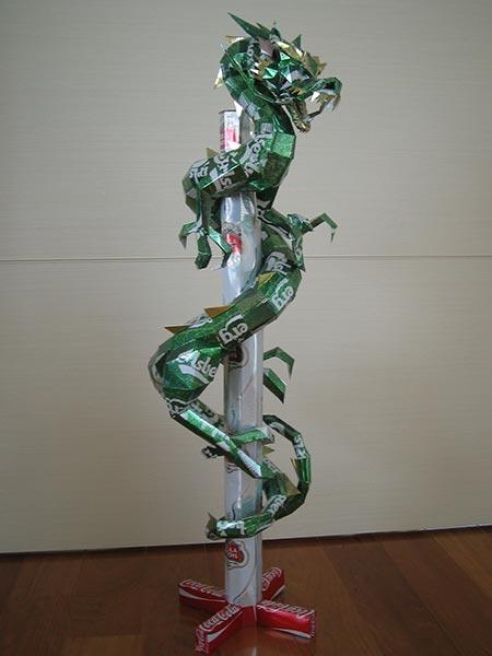 makaon dragon 01 Japonés recicla latas haciendo figuras de Super Mario, Pokémon, Totoro...