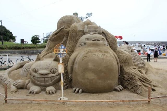 escultura arena totoro