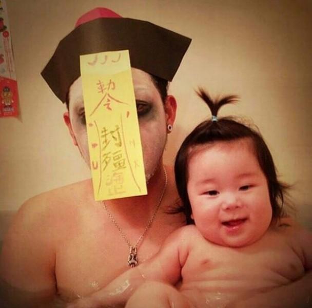 Padre japones hija bano vampiro