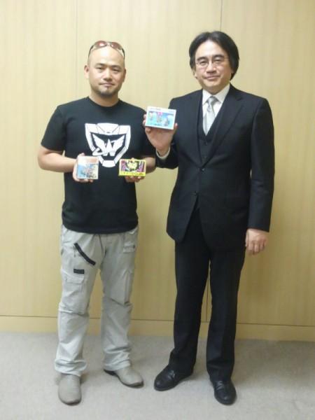Hideki Kamiya con Satoru Iwata